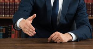 Zmluvy so zahraničnými partnermi? Využite právne poradenstvo